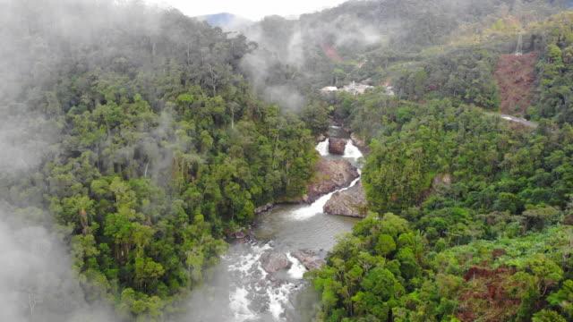 深い森の中の滝の上のビュー - マダガスカル点の映像素材/bロール