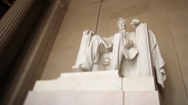 ws view of abraham lincoln statue at lincoln memorial in washington dc / washington, district of columbia, united states - lincolndenkmal stock-videos und b-roll-filmmaterial