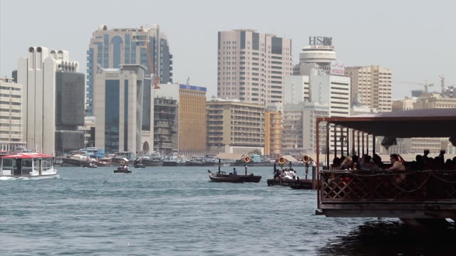 vídeos y material grabado en eventos de stock de ws view of abras crossing dubai creek / dubai, united arab emirates - golfo pérsico