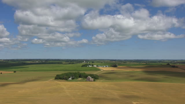vidéos et rushes de ws aerial view of agriculture fields with big blue sky and hanging fields / viborg, south dakota, united states - dakota du sud