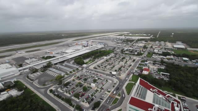 vídeos y material grabado en eventos de stock de aerial ws view of air traffic control tower / cancun, quintana roo, mexico - quintana roo