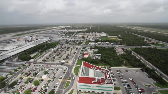 vídeos y material grabado en eventos de stock de aerail ws view of air traffic control tower / cancun, quintana roo, mexico - quintana roo