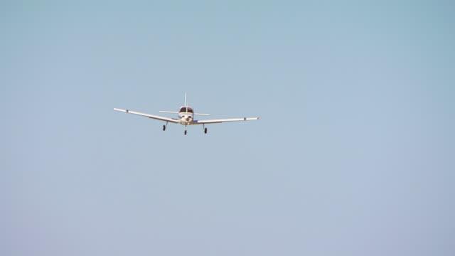 vidéos et rushes de ws ts view of airplane descending and landing on runway / united states - piste d'envol