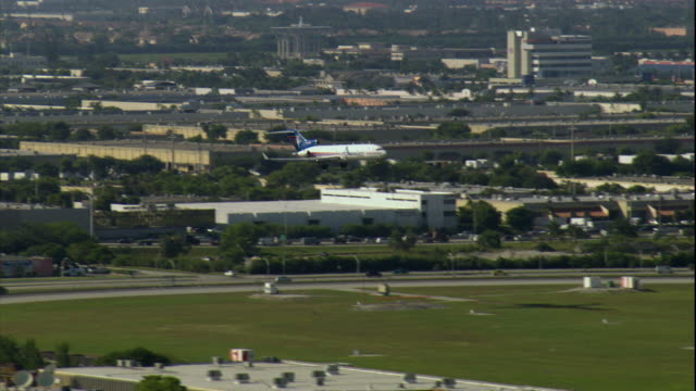 ws ts zo view of airplane landing at miami international airport / miami, florida, usa - フロリダ州点の映像素材/bロール