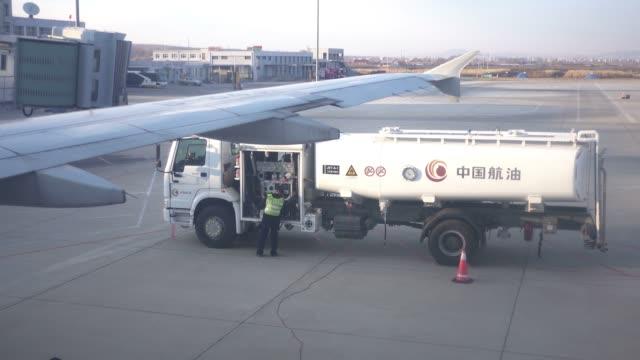 vidéos et rushes de view of airport - faire le plein d'essence