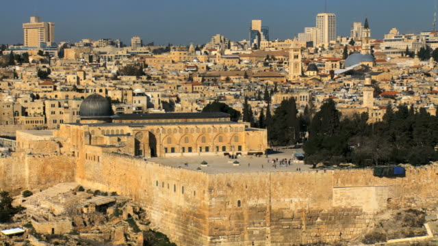 ws pan view of al aqsa mosque with temple mount / jerusalem, judea, israel - al aqsa mosque stock videos and b-roll footage