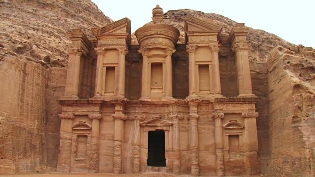 vídeos de stock e filmes b-roll de ws tu view of al khazneh / petra, jordan - petra