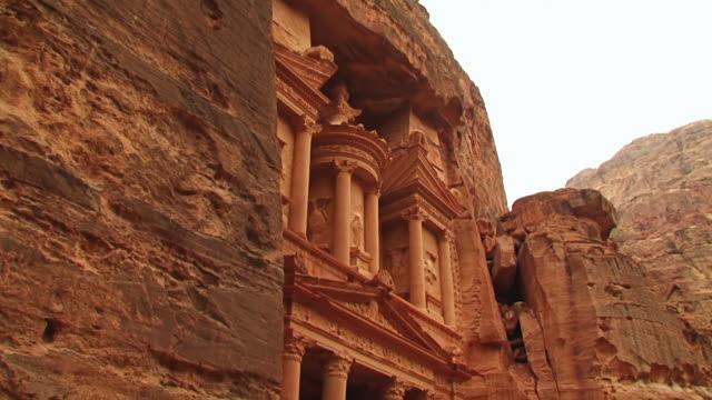 vídeos de stock e filmes b-roll de ws tu view of al khazneh with tourists / petra, jordan - petra