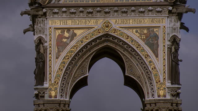 vídeos de stock e filmes b-roll de ms view of albert memorial in park / london, uk - kensington e chelsea