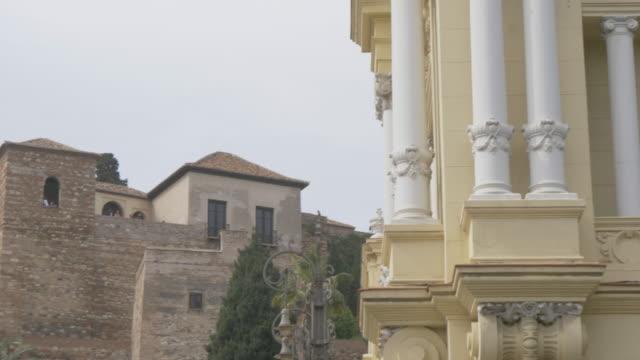 vídeos de stock e filmes b-roll de view of alcazaba from paseo espana, malaga, andalucia, spain, europe - por volta do século 11 dc