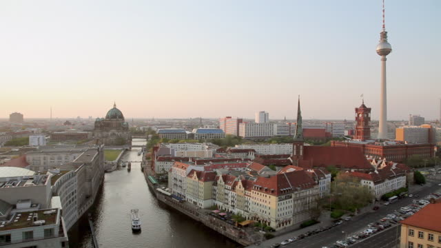 vídeos de stock e filmes b-roll de ws view of alexanderturm, berlin, mitte, rotes rathaus, spree, st.-hedwigs-kathedrale, nikolaikirche, muhlendamm / berlin, berlin, germany - rathaus