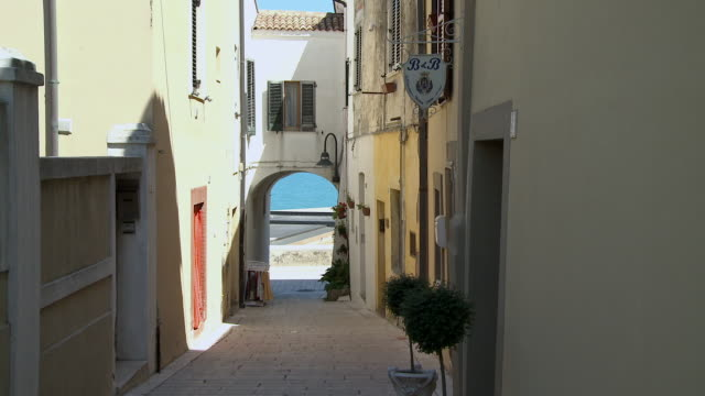 ms view of alley between houses / termoli, molise, italy - narrow stock videos and b-roll footage