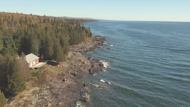 ws aerial view of along rocky shores of lake superior / minnesota, united states - lago superiore video stock e b–roll