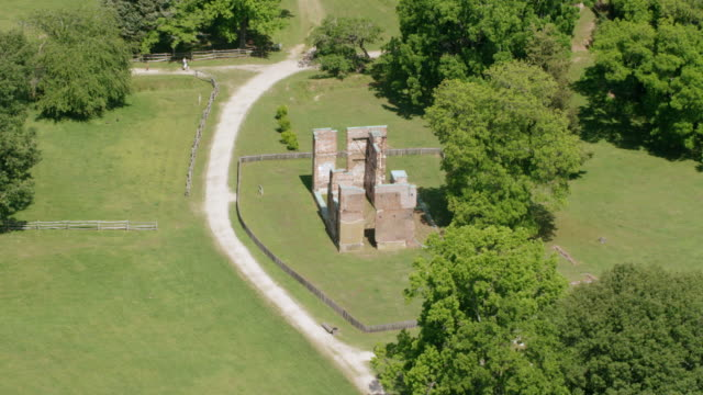 vídeos de stock e filmes b-roll de ws aerial pov view of ambler mansion ruins / jamestown, virginia, united states - jamestown virginia