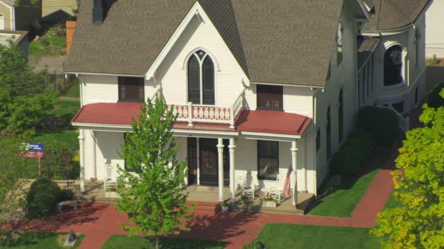 stockvideo's en b-roll-footage met ms aerial view of amelia earhart birthplace house / atchison, kansas, united states - geboren in