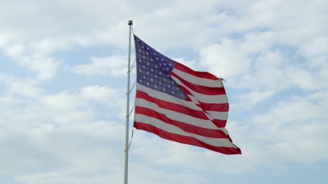 stockvideo's en b-roll-footage met ms view of american flag blowing in wind / st. louis, missouri, united states - amerikaanse vlag
