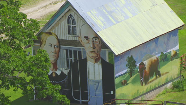 ws aerial pov view of american gothic painted barn / iowa, united states - 干草用熊手点の映像素材/bロール