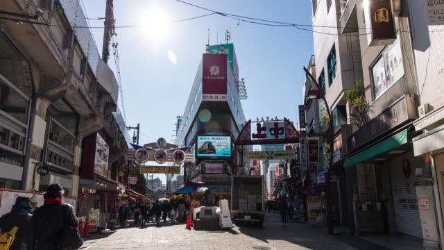 vídeos de stock e filmes b-roll de t/l pov ws view of ameya-yokocho street at tokyo, japan - encruzilhada