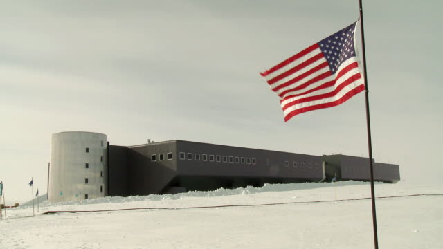 ws of view of amundsen scott south pole station, with us flag flying / south pole, antarctica - antarctica research stock videos & royalty-free footage