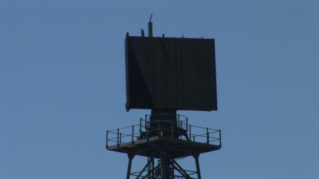 vídeos de stock e filmes b-roll de view of an air surveillance radar on aircraft carrier uss midway in san diego united states - uss midway