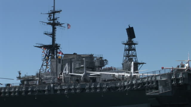 vídeos de stock e filmes b-roll de view of an aircraft carrier uss midway in san diego united states - uss midway