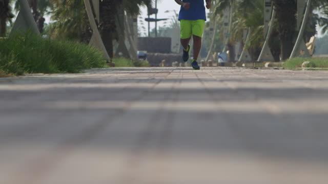 vidéos et rushes de view of an arab man jogging. - jiddah