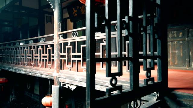 blick auf ein chinesisches altes gebäude, sichuan, china. - plakette stock-videos und b-roll-filmmaterial