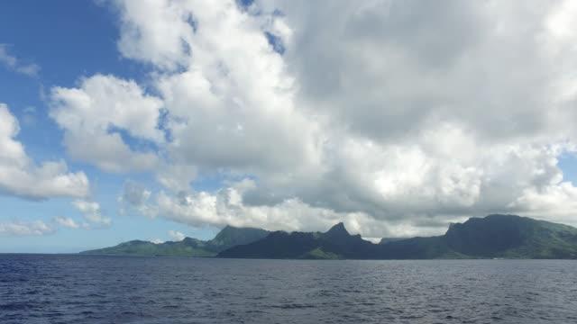 vidéos et rushes de view of an island from the sea - moorea