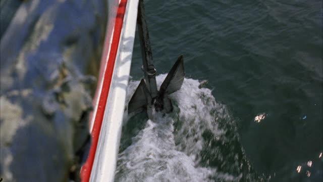 vídeos de stock e filmes b-roll de cu view of anchor lowering from malasie sailboat - ancora