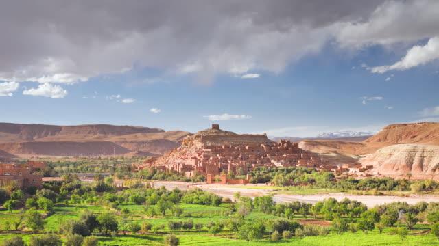 vidéos et rushes de ws t/l  view of ancient kasbah town of ait benhaddou on  former caravan route beside quarzazate river / morocco - maroc