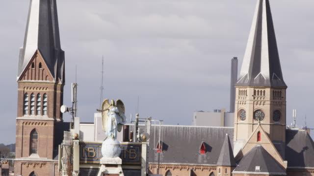 vídeos de stock, filmes e b-roll de ws view of angel statue on building / amsterdam, netherlands - representação de animal