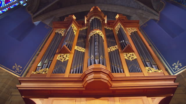 ms td view of angle organ at saint thomas church interior / new york, united states - パイプオルガン点の映像素材/bロール
