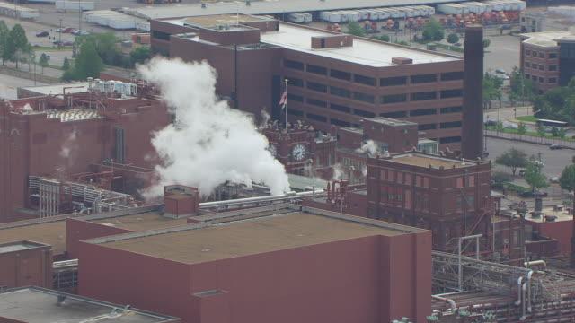 vídeos y material grabado en eventos de stock de ws aerial view of anheuser busch brewery with billowing smoke / st louis, missouri, united states - anheuser busch inbev