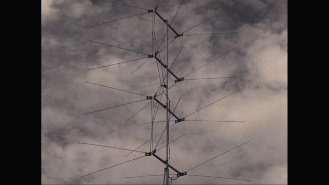 vídeos y material grabado en eventos de stock de ms tu view of antenna with cloudy sky / united states - punta descripción física