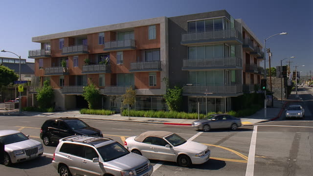 vidéos et rushes de ws view of apartment building with traffic on road / hollywood, california, usa - hollywood california