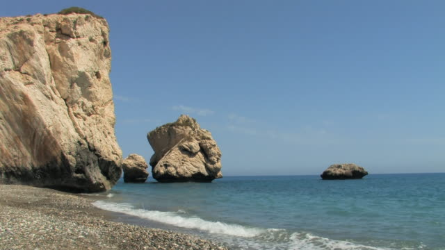 stockvideo's en b-roll-footage met ws view of aphrodite beach- waves around rock of aphrodite / cyprus - repubiek cyprus