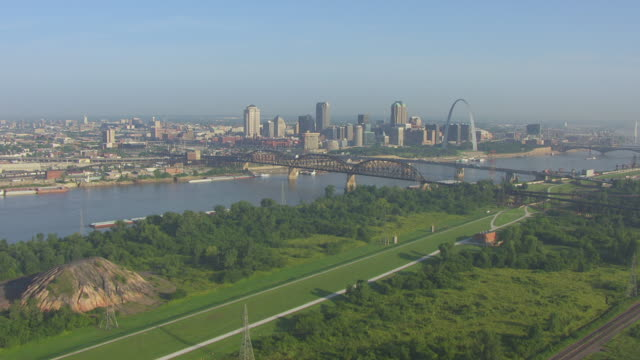 ws aerial view of approaching downtown from southeast over mississippi river and toward highway 40 bridge / st louis, missouri, united states - 西方拡大点の映像素材/bロール
