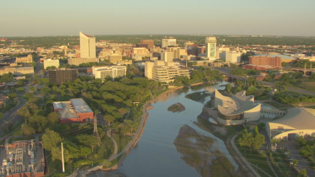 vídeos de stock e filmes b-roll de ws aerial view of arkansas cityscape with river / wichita, kansas, united states - kansas