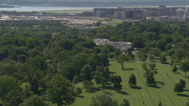 vídeos de stock, filmes e b-roll de ws aerial view of arlington cemetery and memorial amphitheater with pentagon / washington, dist. of columbia, united states - arlington virgínia