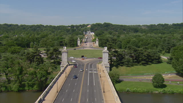 vídeos de stock e filmes b-roll de ws aerial view of arlington memorial bridge leading to women in military service for america memorial with arlington house / washington, dist. of columbia, united states - arlington virgínia