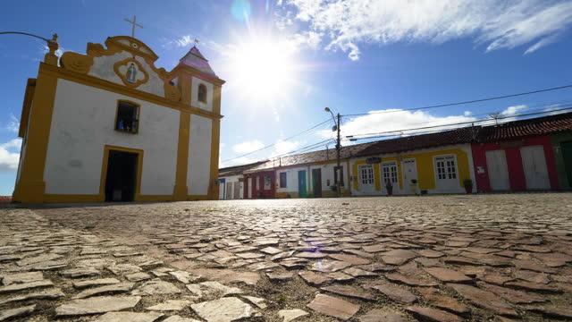 vídeos de stock, filmes e b-roll de vista da igreja histórica de arraial d'ajuda, bahia, brasil - cidade pequena