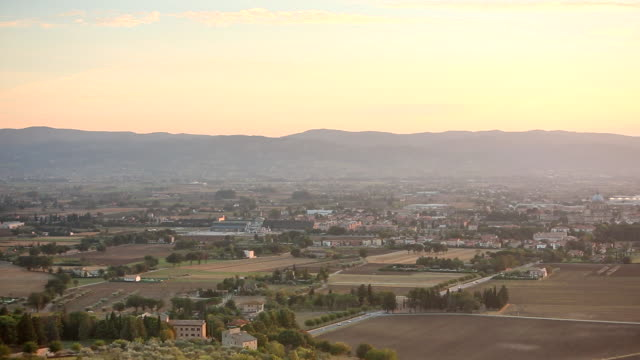 ws pan ha view of assisi valley at sunset from sacro convento saint francis upper basilica / assisi, umbria, italy - franziskus kirche stock-videos und b-roll-filmmaterial