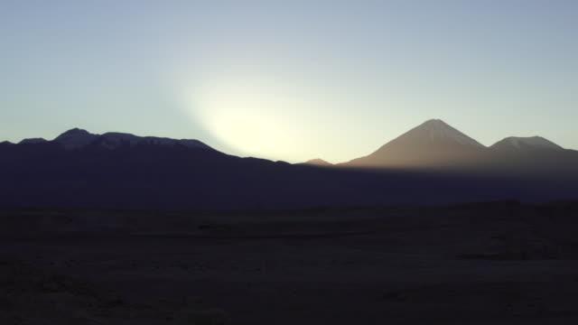 vídeos y material grabado en eventos de stock de ws t/l view of atacama mountains at sunrise / angostura, chile - wiese