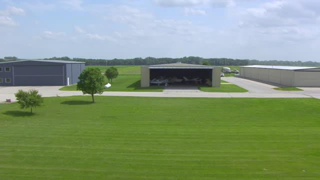 vídeos y material grabado en eventos de stock de ws aerial pov view of atlantic municipal airport with plane / cass county, iowa, united states - hangar
