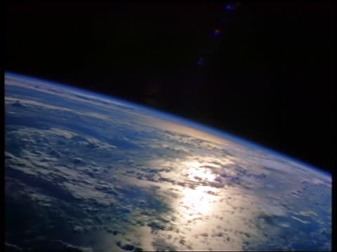 stockvideo's en b-roll-footage met view of atlantic ocean from space with sunlight reflections - atlantische oceaan