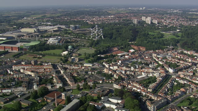 ws aerial zi zo ds view of atomium in city / brussels, belgium - brussels capital region stock videos & royalty-free footage