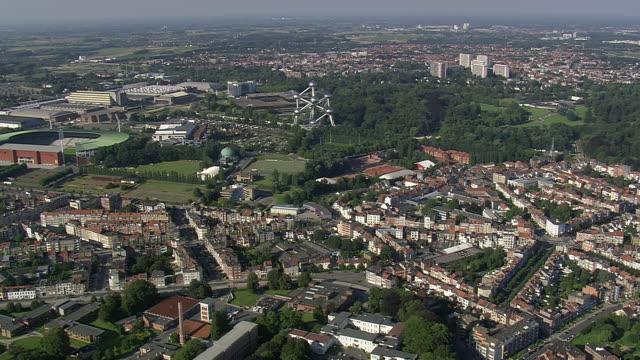 vidéos et rushes de ws aerial zi zo ds view of atomium in city / brussels, belgium - belgique