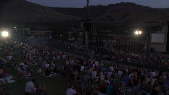 vidéos et rushes de ws view of audience in cricket wireless amphitheater / chula vista, california, usa - plan de situation