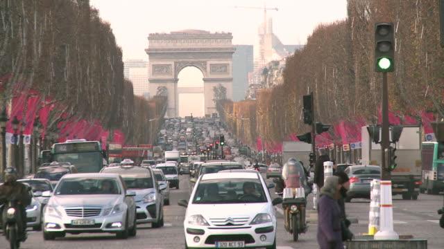 ws view of avenue des champs elysees and arc de triomphe / paris, ile de france, france - ile de france stock videos and b-roll footage