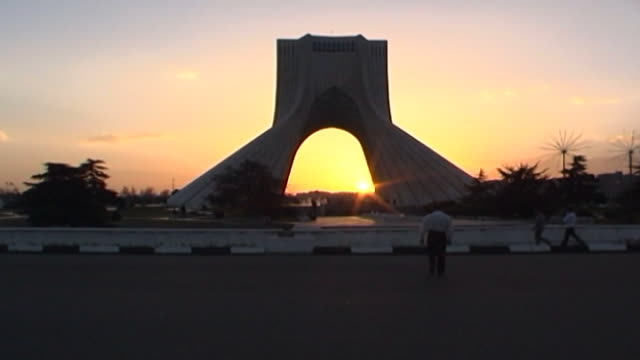 vidéos et rushes de view of azadi tower, a monument located on azadi square in tehran at sunset. - tour d'azadi
